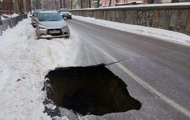 На дороге в Днепре провалился асфальт
