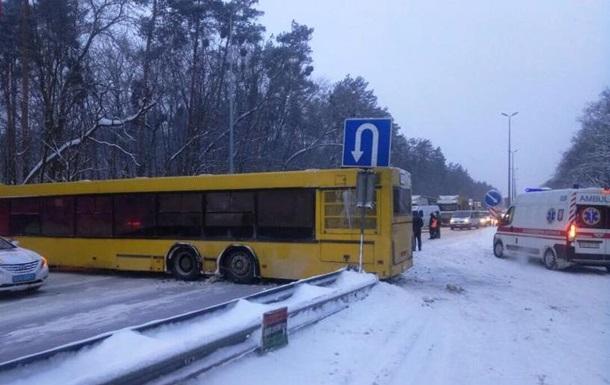 Під Києвом автобус перекрив міжнародну трасу