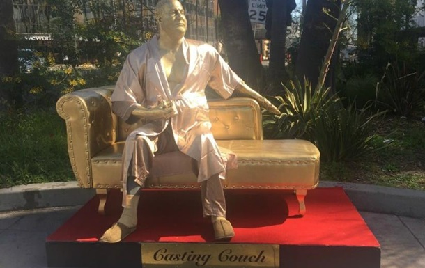 В Голливуде установили статую  похотливого Вайнштейна