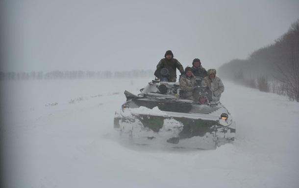 У Харківській області дороги від снігу розчищала військова техніка