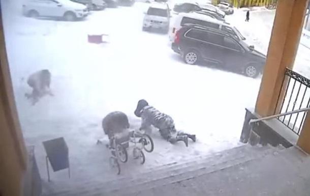 В России  снежная лавина  накрыла людей у подъезда