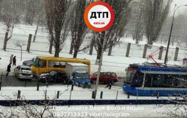 У Києві авто знесло огорожу швидкісного трамвая