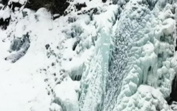 На Прикарпатье замерзли водопады