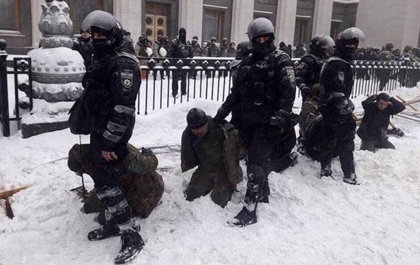 МВД о зачистках у Рады: Задержанные на коленях - не унижение