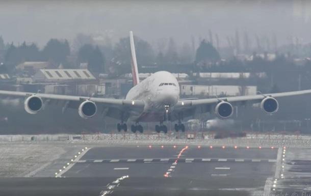Посадку крупнейшего лайнера в шторм сняли на видео