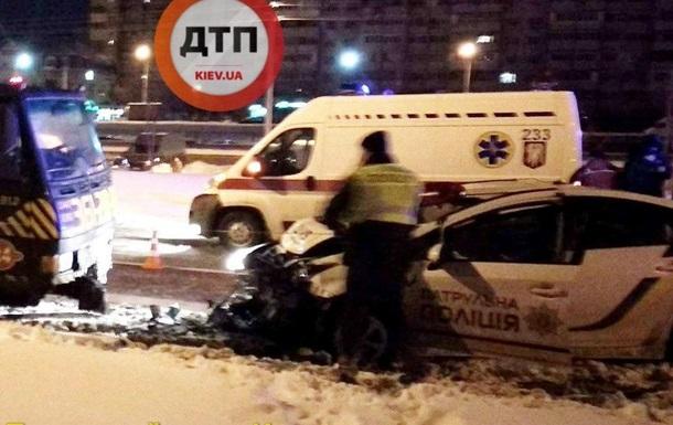В Киеве автомобиль полиции протаранил эвакуатор