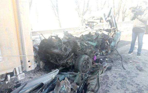 Под Одессой легковушка влетела в фуру, есть жертвы
