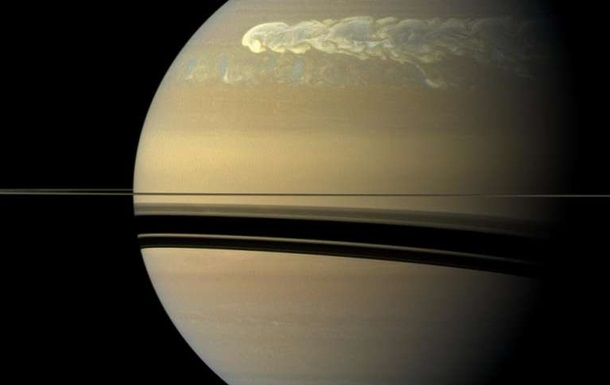 NASA показало гигантский шторм на Сатурне