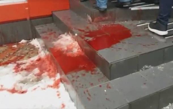 У Вінниці офіс партії Порошенка облили червоною фарбою
