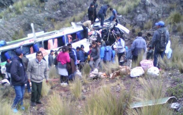 У Перу автобус упав у прірву: десять загиблих