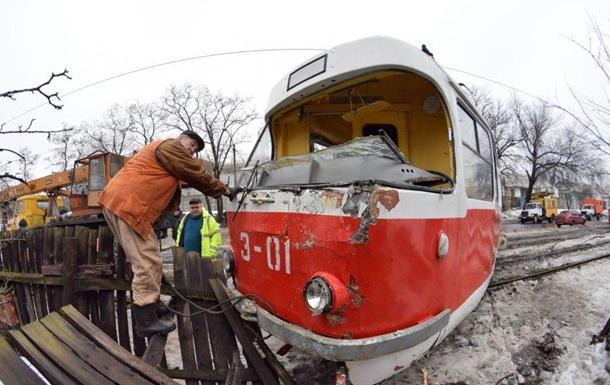 В Донецке трамвай сошел с рельсов и врезался в дом