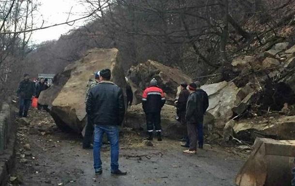 На Закарпатье упавший кусок скалы перегородил дорогу