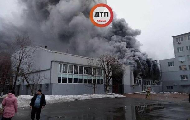 В Киеве горит склад: фото, видео