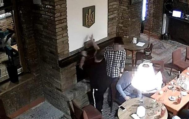 СБУ витурила поляка, який спалив герб України в каміні