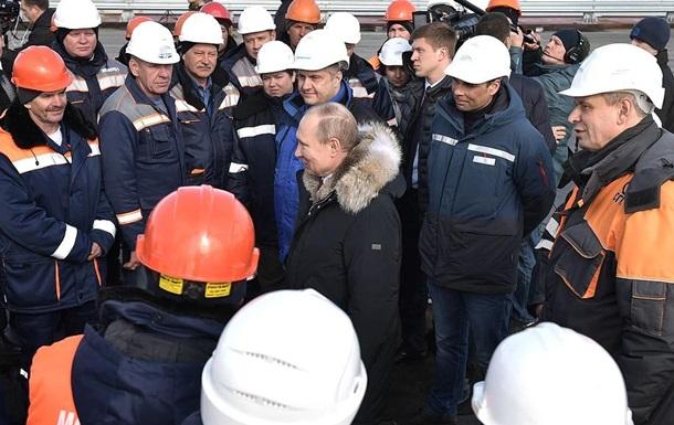 У РФ пообіцяли відкрити Керченський міст для машин до літа