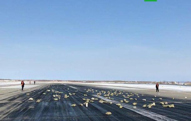 У Росії літак засипав золотом злітну смугу