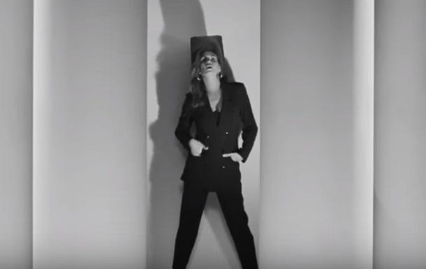 Синди Кроуфорд затанцевала в рекламе одежды