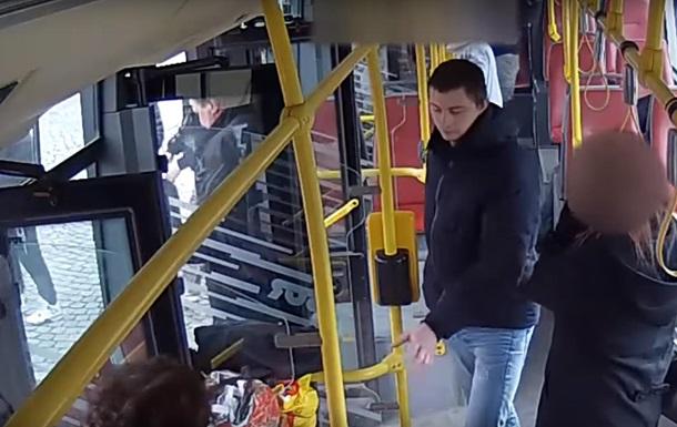В Чехии украинцы избили в автобусе мужчину, устроившего стрельбу