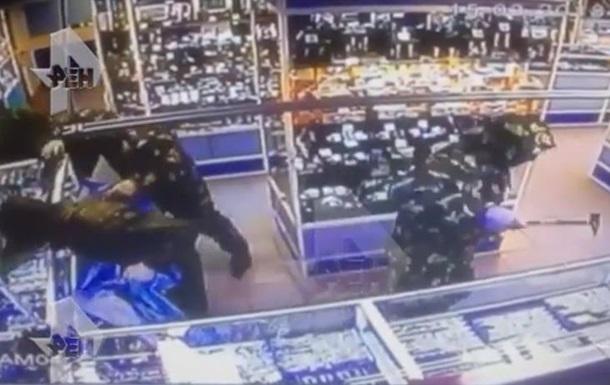 В Москве попал на видео налет на ювелирный