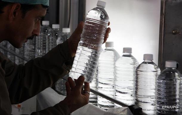 Вчені з ясували, скільки пластика в бутильованій воді