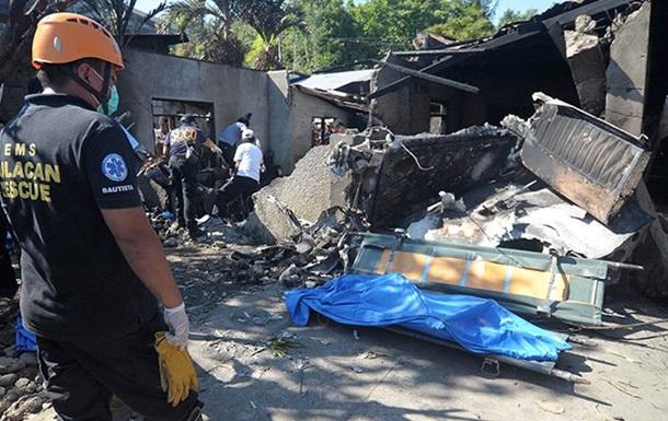 На Філіппінах літак упав на житловий будинок
