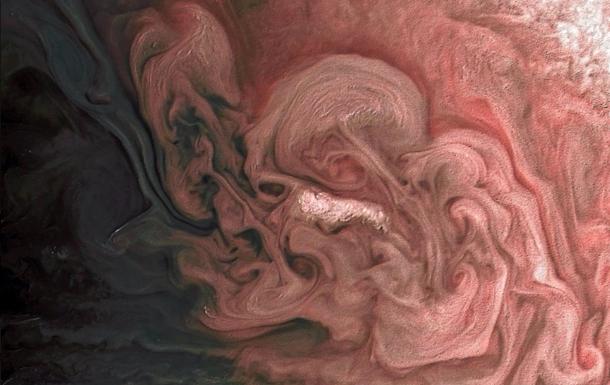 НАСА опубликовало фото розовой бури наЮпитере