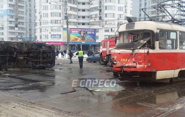 У Києві зіткнулися трамвай і вантажівка