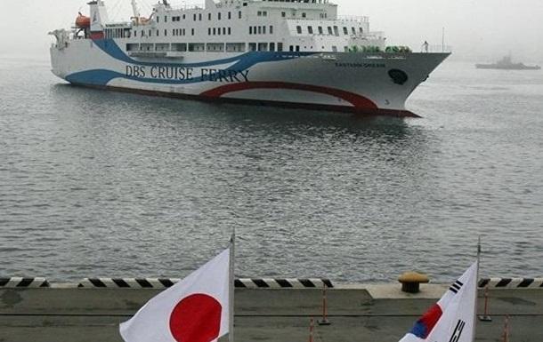 В Японии паром столкнулся с маяком
