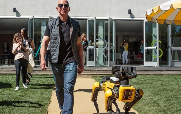 Фото главы Amazon с роботом-собакой стало хитом