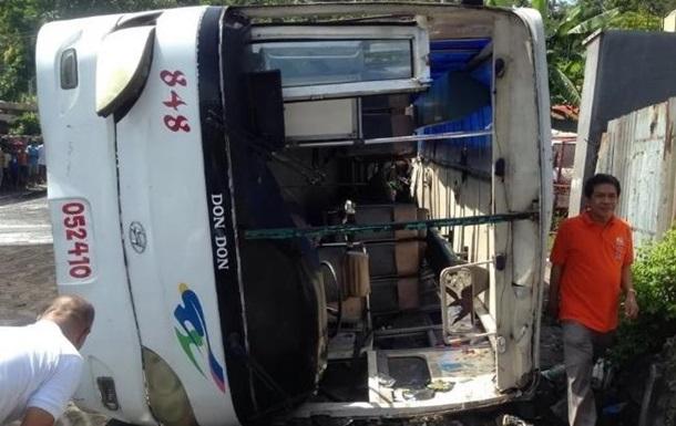 У ДТП на Філіппінах загинули 19 осіб, ще 25 поранені