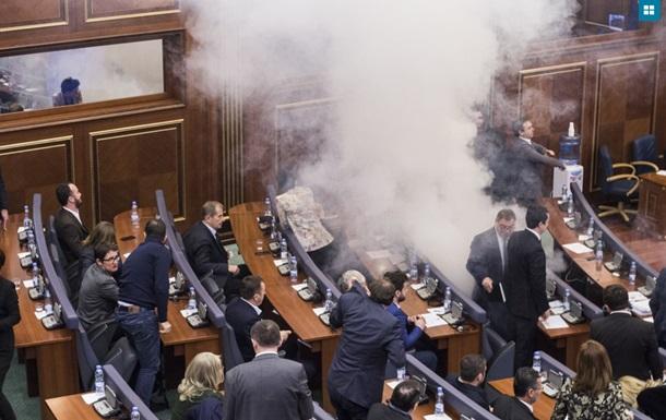 У парламенті Косова депутати розпорошили сльозогінний газ