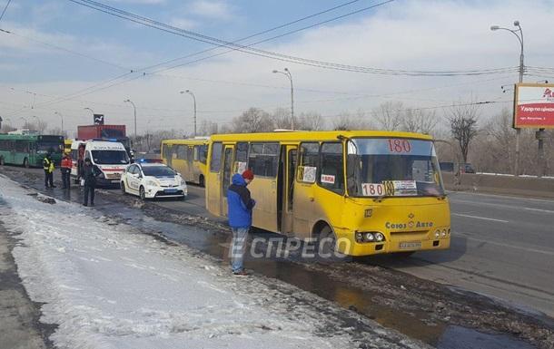 У Києві зіткнулися маршрутка і тролейбус