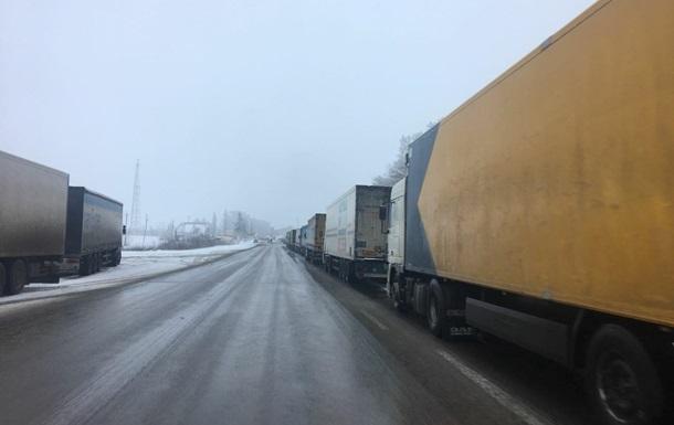 На російсько-українському кордоні скупчення фур