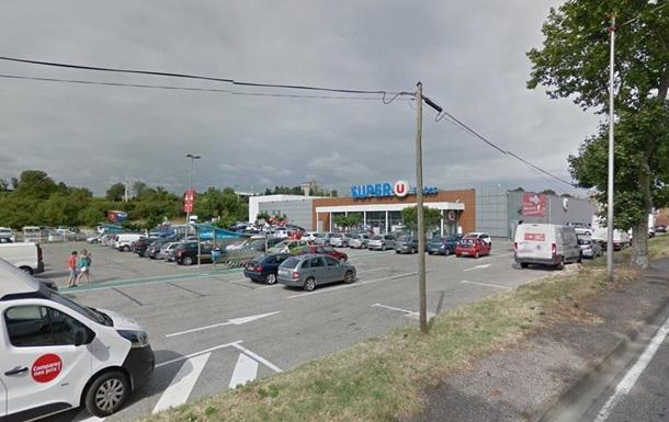 Во Франции мужчина захватил заложников в супермаркете