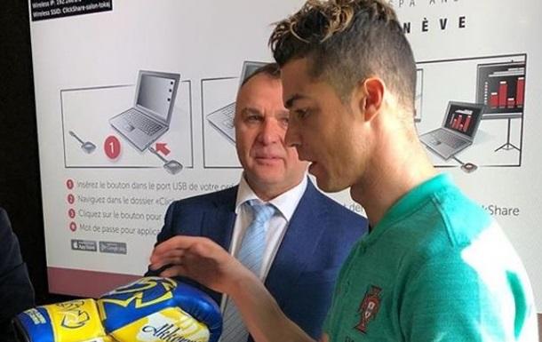 Боксер Ломаченко подарил перчатки Роналду