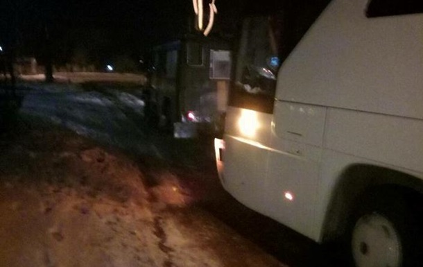 Под Николаевом автобус с 19 пассажирами застрял в яме со льдом