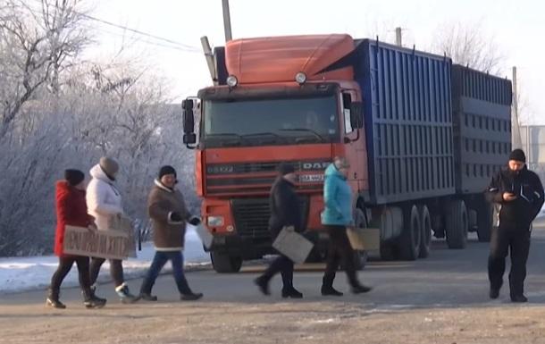 У Миколаївській області люди перекрили трасу і вимагають її ремонту