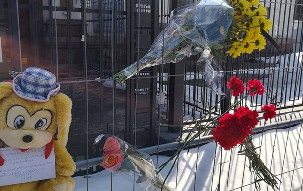 У Києві принесли квіти під посольство РФ