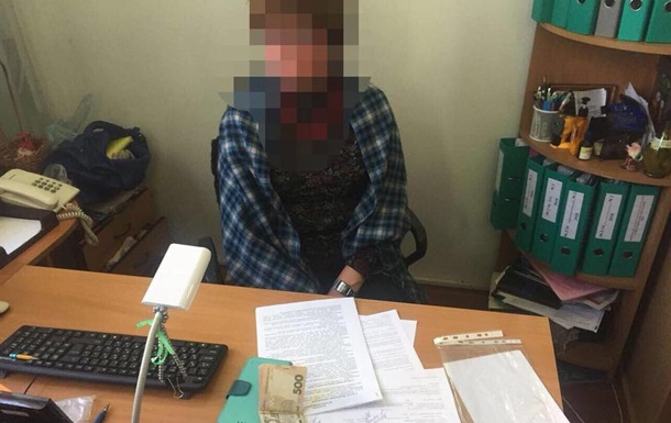 Чиновницу КГГА задержали за взятку