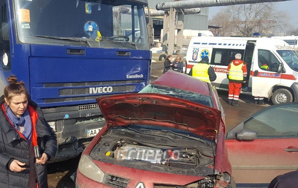 У Києві Renault врізався в фуру, є жертви