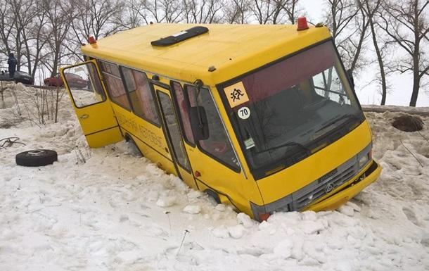 В Сумской области опрокинулся школьный автобус