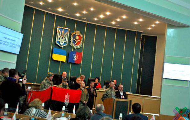 УХмельницькій області затвердили використання червоно-чорного прапора нарівні здержавним