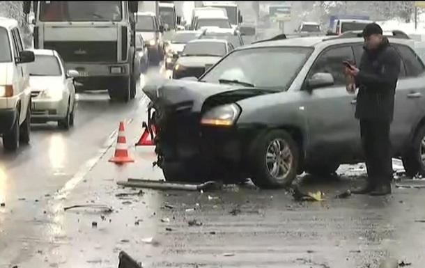 На трассе под Киевом произошло тройное ДТП