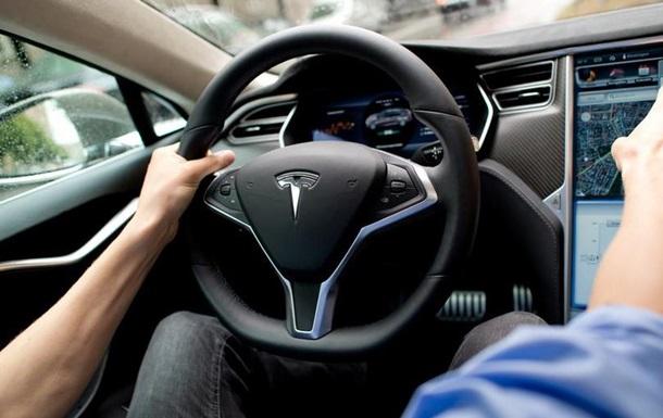 Tesla відкликає 123 тисячі автомобілів