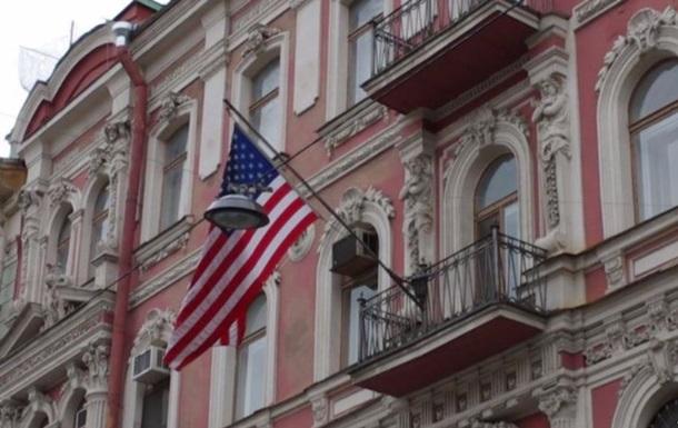 Дипломати США залишають будівлю генконсульства в Санкт-Петербурзі