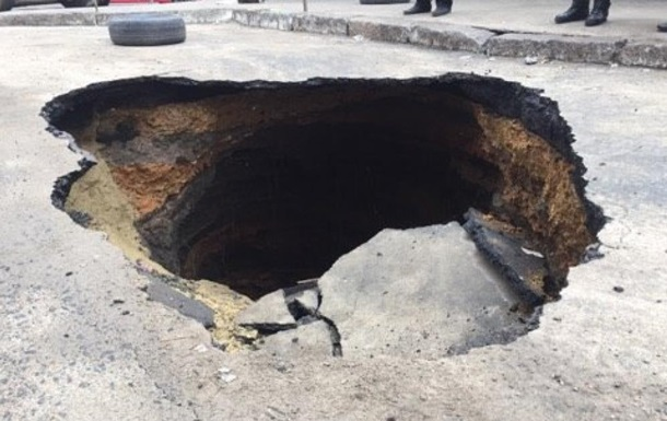 В Одессе посреди улицы образовалась яма