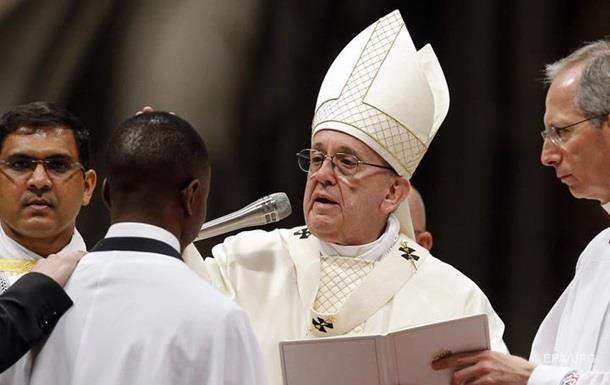 Папа Римский крестил беженца, обезоружившего грабителя