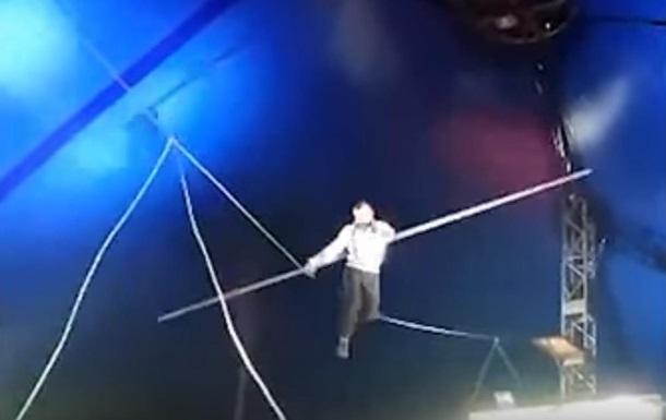В России канатоходец упал из-под купола цирка
