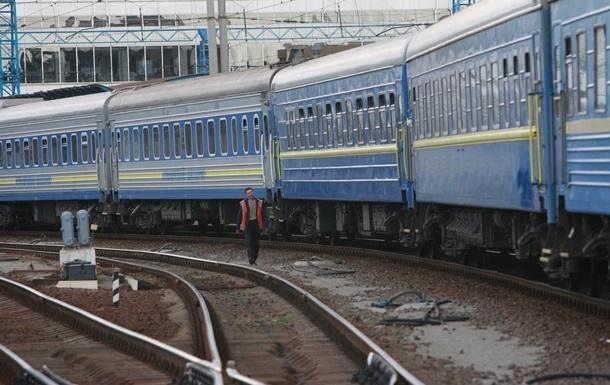 Под Днепром неизвестные в балаклавах разрисовали вагоны поезда