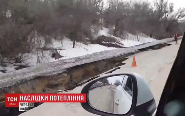 У трассы Сумы-Киев образовался километровый провал